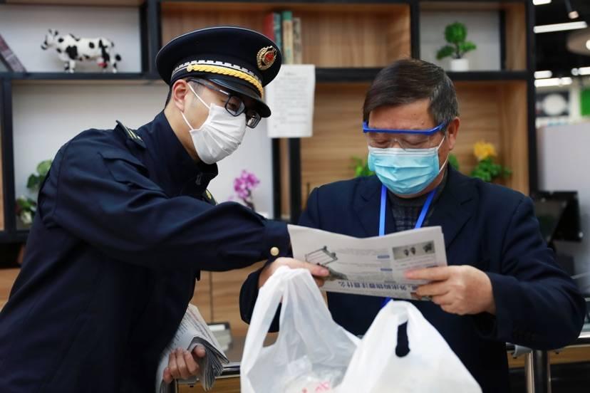 """防控意识""""不降级"""" 上海超九成市民赞成使用公筷公勺"""
