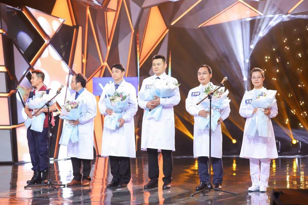 《快乐大本营》护士节特别节目致敬医护天使