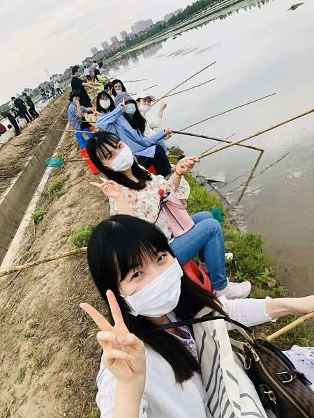 市民在罗泾体验钓小龙虾.jpg