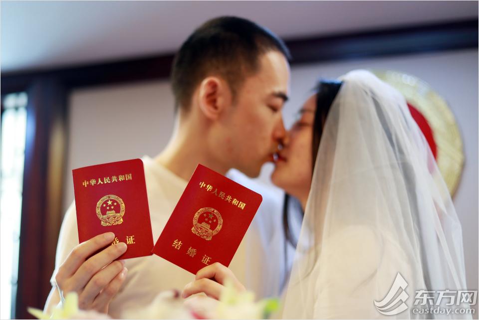 """520上海结婚登记""""火热"""",预约名额全满,市民拄着拐杖也要领证"""