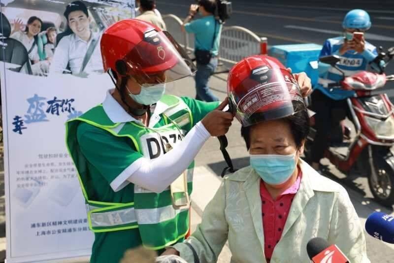 上海浦东对骑手小哥实施积分管理:不戴头盔将扣18分!