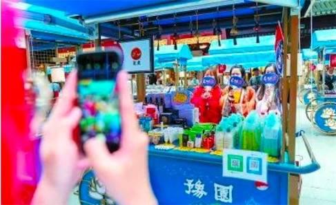 """5月22日,豫园""""国潮老字号""""游园会盛大启幕。图为当天前来豫园购物的市民。"""