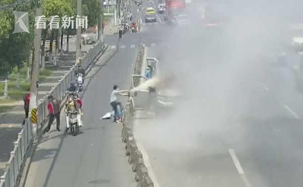 面包车冒烟自燃 司机一顿操作让消防员都佩服了