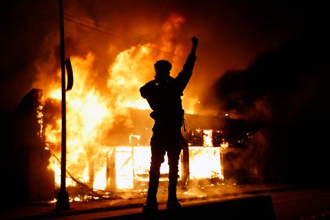明尼阿波利斯骚乱50人被捕 国民警卫队将派1