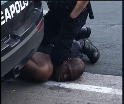 """被""""跪死""""黑人尸检:颈部背部受压 导致窒息"""
