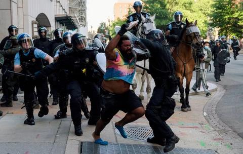 催泪瓦斯和震爆弹配合清场 特朗普:关他们十年