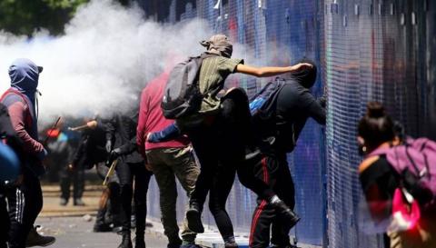 美国驻墨西哥大使馆遭投燃烧弹 抗议者焚毁