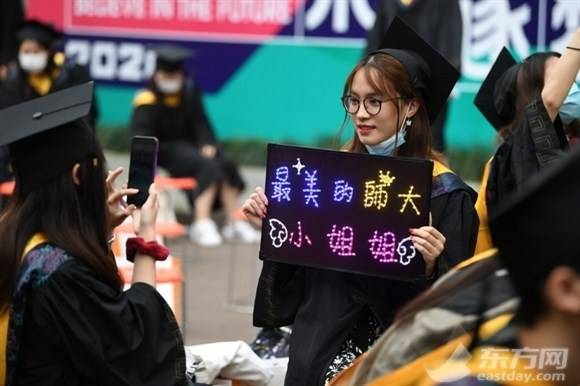 """上海师范大学:毕业典礼在""""马路上""""举行!"""