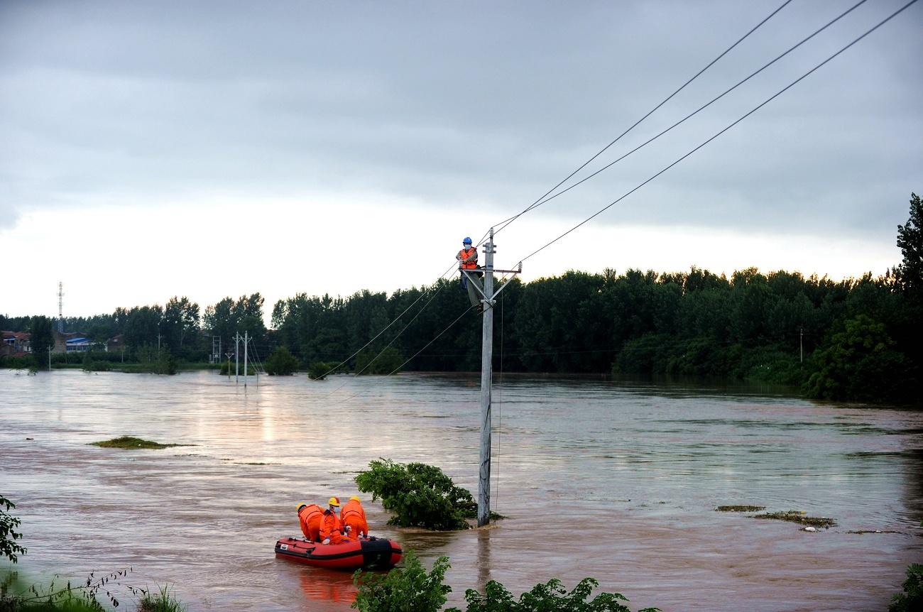 大水中,他们逆流而上,保障400户村民用电