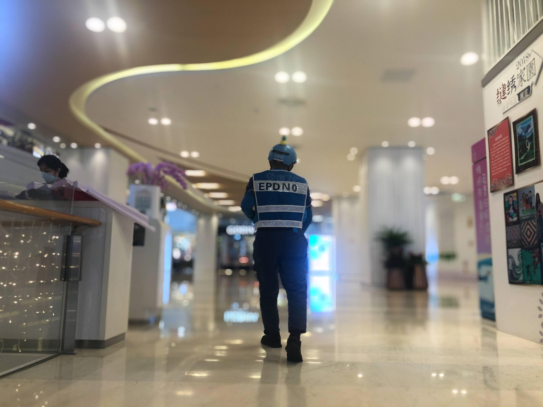"""上海一55岁外卖小哥月月都是""""跑单王"""",配送距离绕地球一圈"""