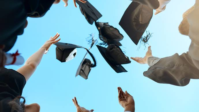 教育究竟需要怎样的仪式感?这边毕业典礼轰轰烈烈;那边学生为离校安排伤心