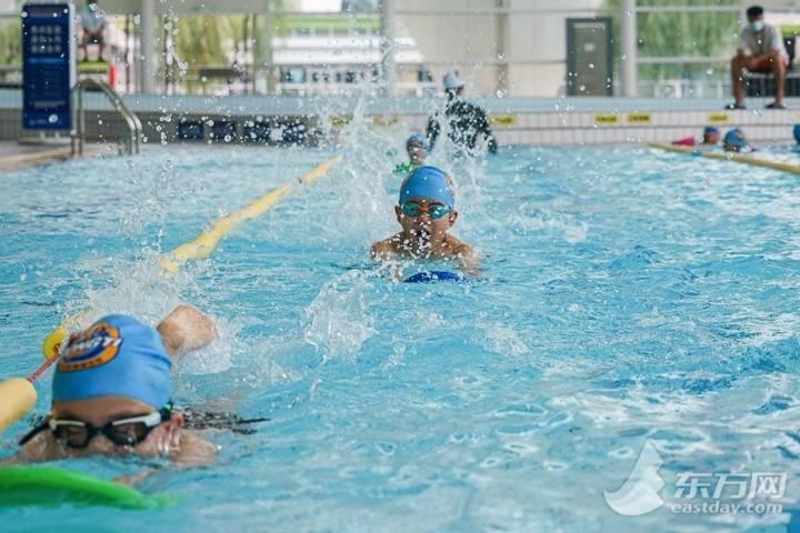 """截至5日沪游泳场所总量较去年同期下降15% """"神器""""助力泳客安全"""