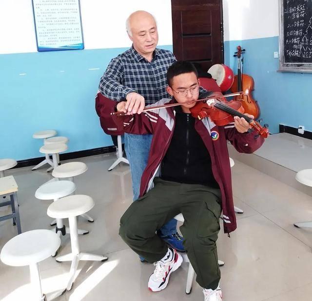 这位即将退休的上海生物老师,为高原的孩子筑起音乐梦