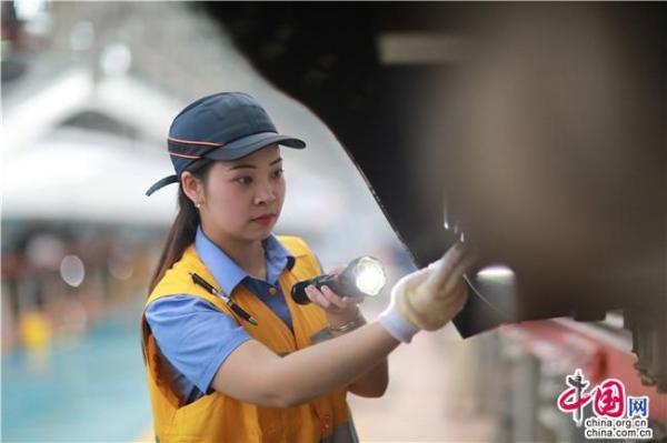 """中国网 中国发布丨探访电务女子检测组:""""把脉问诊""""车载设备 确保动车组安全运行"""