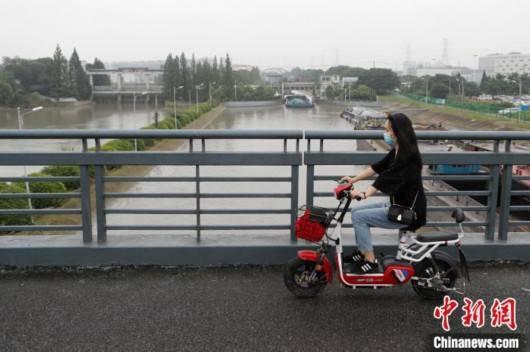 上海部分水闸已开闸为流域泄洪同时加强江海堤防巡查
