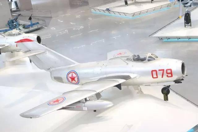 这架苏联造米格-15歼击机是当年中国人民志愿军特等功臣、一级战斗英雄、后任空军司令员的王海驾驶过的,机身上的9颗红星记录着王海的战绩,也铭刻着中国年轻空军的骄傲与荣光。中国人民革命军事博物馆图