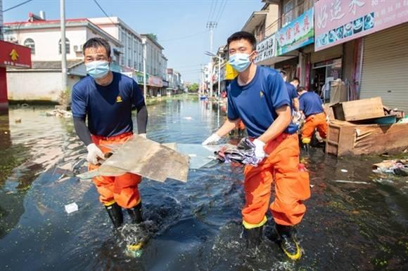 洪水退去他们仍在!上海消防援皖队伍投入清淤消杀 助村民回迁
