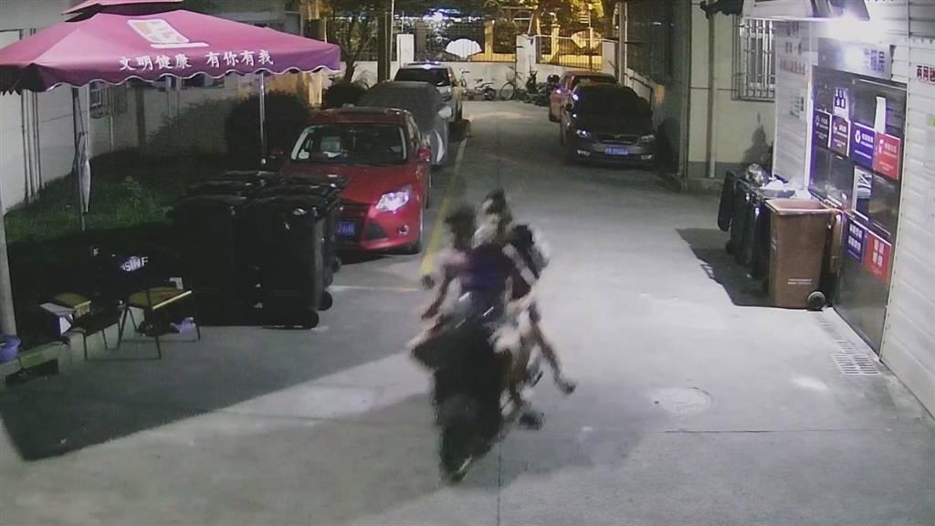"""电瓶车""""旧到没人要""""不用上锁? 偷车贼用来载女朋友等三人去吃宵夜……"""