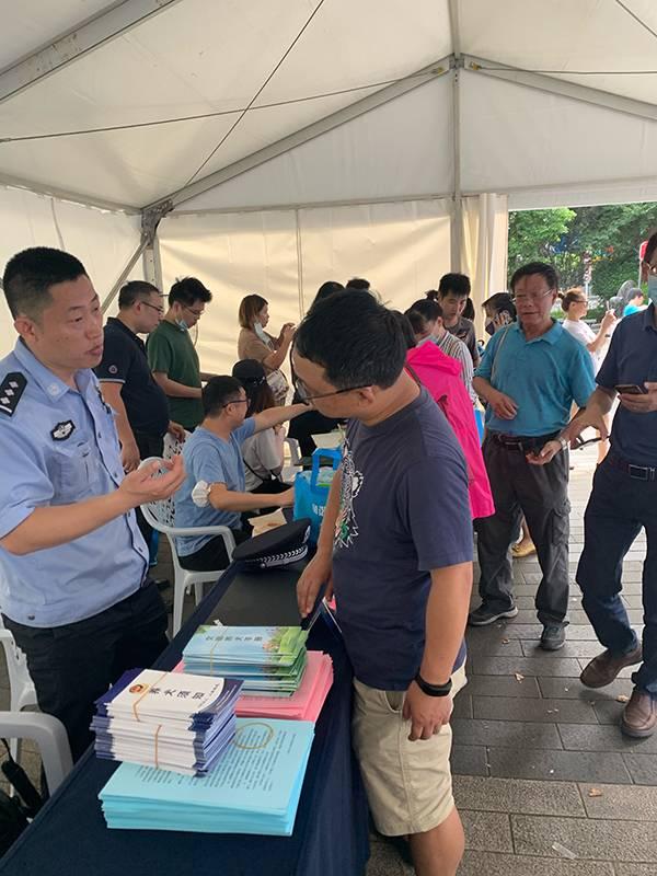 8月8日上午,市民咨询办理犬证。澎湃新闻记者朱奕奕图