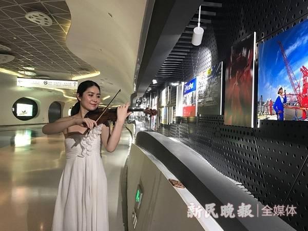 浦东开发开放30周年摄影展在上海中心开幕.jpg