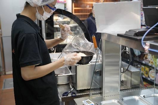 """""""面馆""""开在了便利店里,上海现首家小型便利店兼营餐饮服务"""