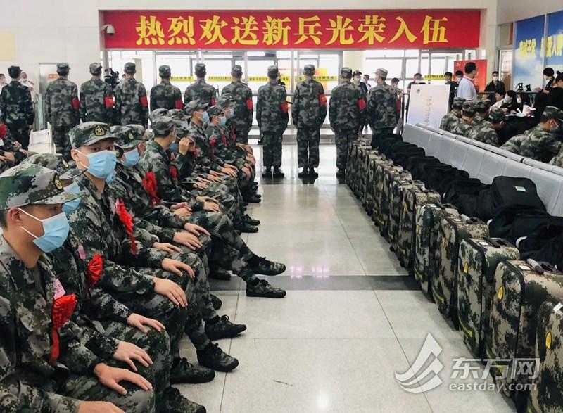 2020年上海新兵奔赴部队 入伍大学生:争取考