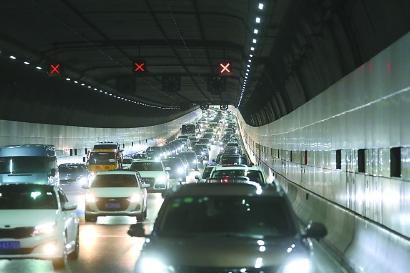 """长江隧桥""""逢节易堵""""如何解?减车流不减客流"""