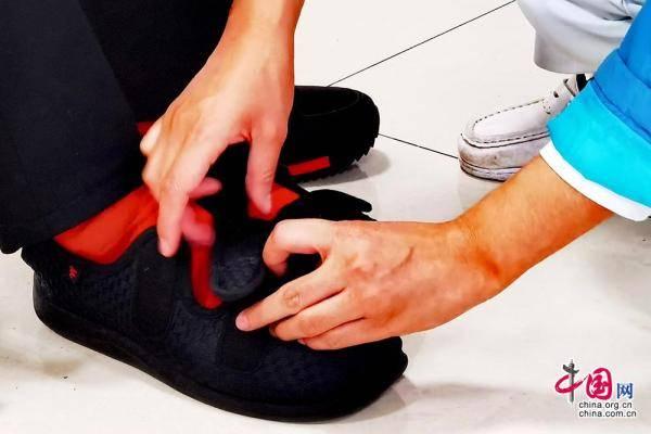 新桥医院护理团队跨学科合作研发专利 可跌倒预警的老人鞋垫荣获全国创新发明一等奖[组图]