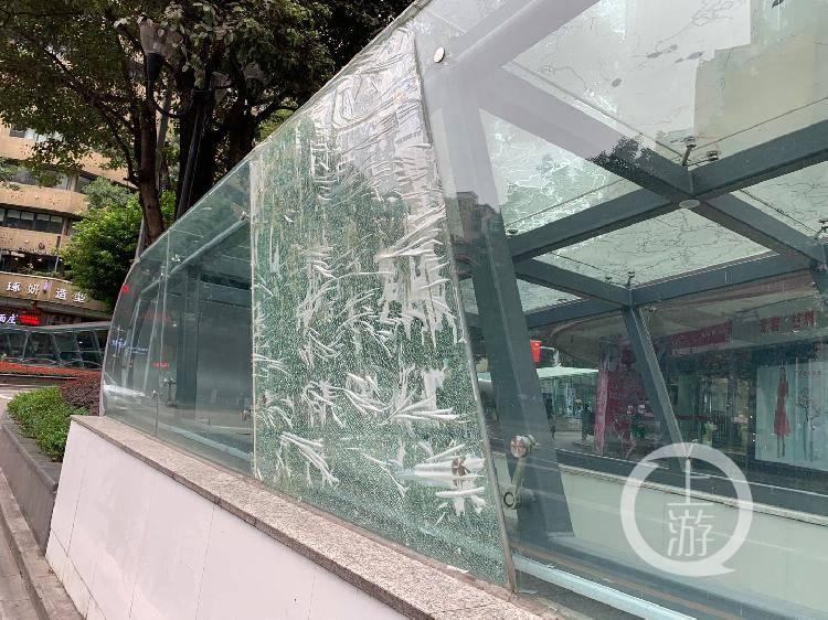 透明胶带能粘牢一大块破碎玻璃?路过重宾人行地通时请注意安全