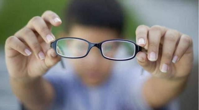 视力纳入中考成绩?学生近视该扣分的绝不该是学生自己