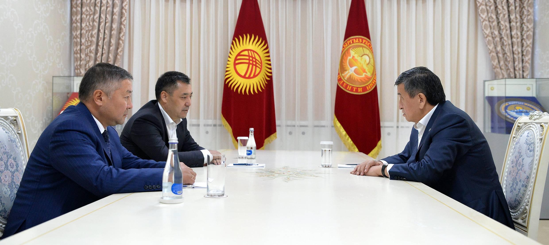 熱恩別科夫(右)會見扎帕羅夫(左二)和伊薩耶夫(左一)