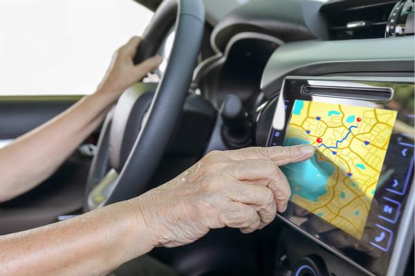 新民快评丨尊重老年人的合理驾驶权