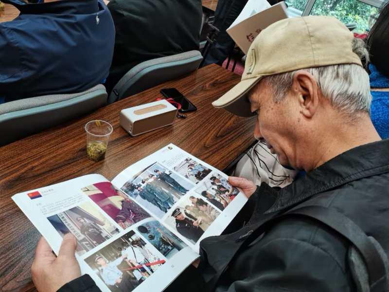 《从警无悔》载入风雨人生 数百张照片诠释忠诚担当