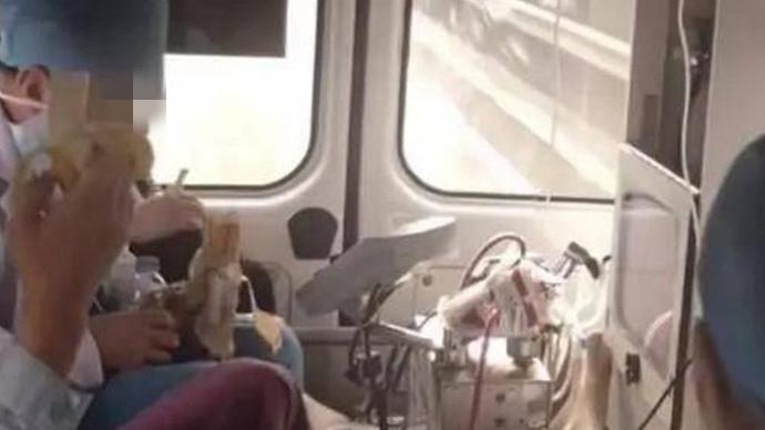 医生救护车内吃香蕉:苛责医护人员只会加深医