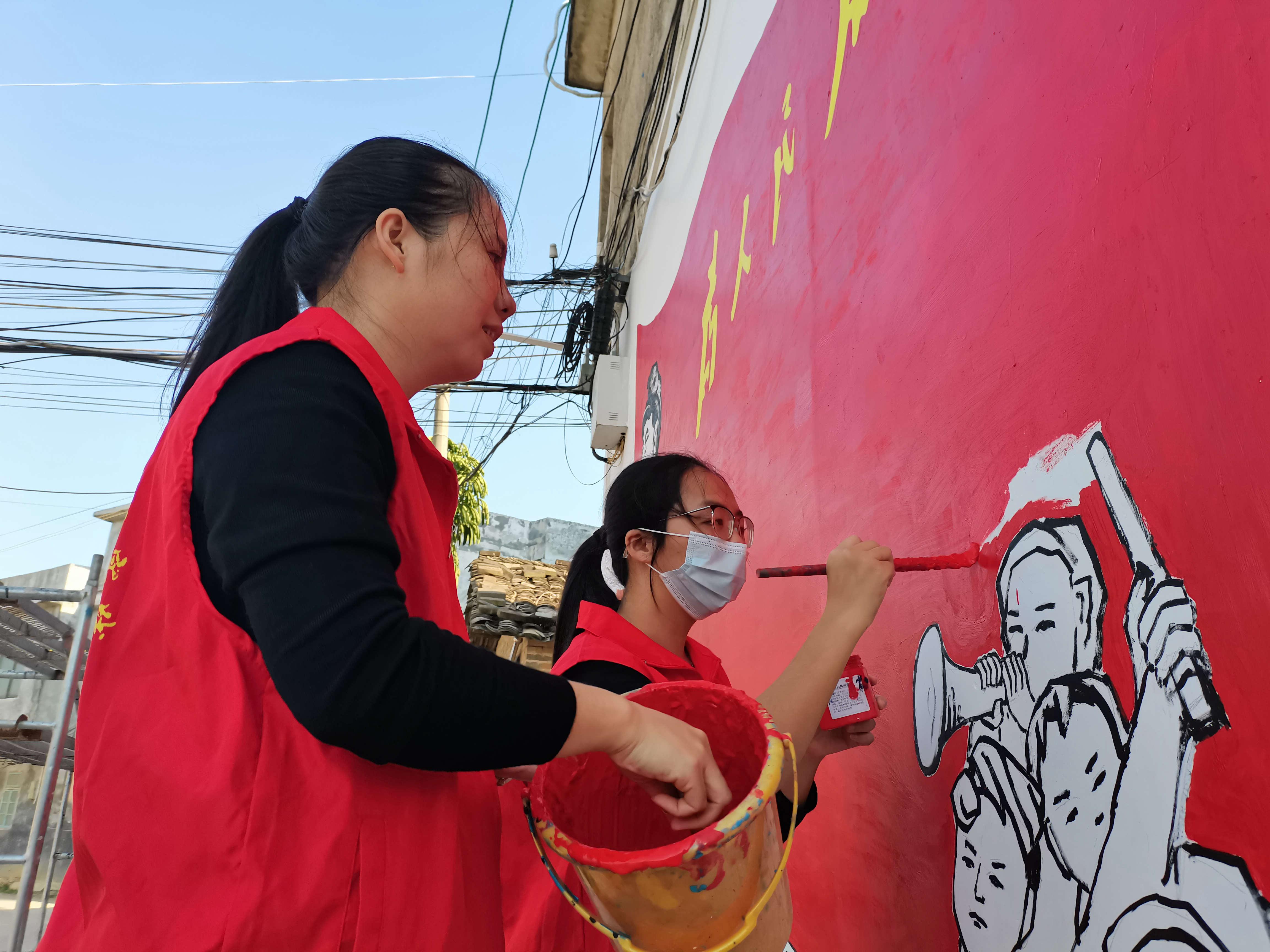 靈山縣組織300多名鄉村振興志愿者美化鄉村