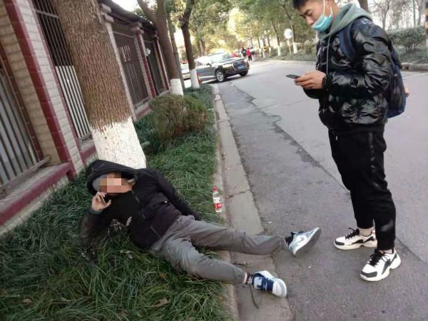 年轻男子严寒中醉卧路边,武警战士紧急救援