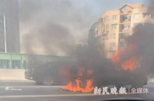 今天下午延安高架发生单车起火事故 消防部门到场处置