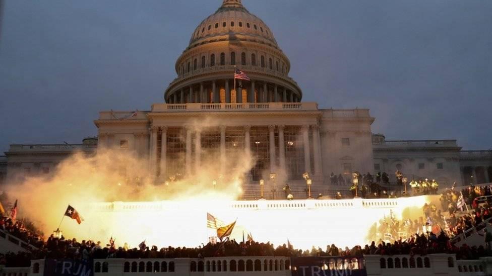 1月6日,美国华盛顿特区爆发大规模的抗议示威,特朗普的支持者暴力占领国会山并与警察产生暴力冲突。