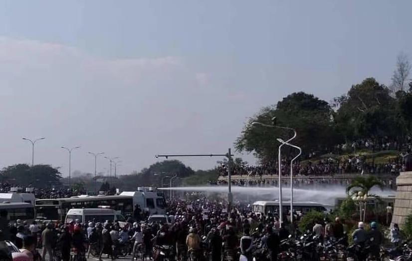 缅甸内比都警方出动水炮车驱离示威人群