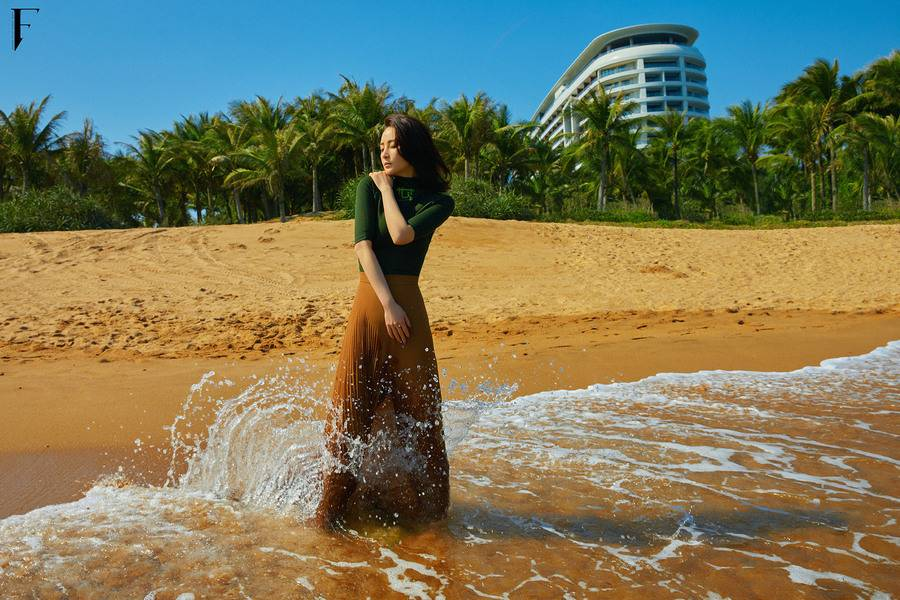 星辉娱乐:蒋勤勤一组海边大片释出,在碧海蓝天的背景中,微风吹拂白裙卷发,尽显女性柔美魅力(图2)