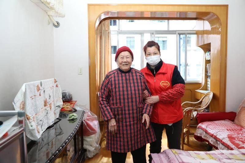 离不开的陌生人:上海九旬老人为何把银行卡密码交给养老护理员?