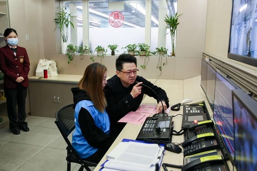 """大学生""""变身""""地铁播报员 谢谢你9号线,今天我来为你服务!"""