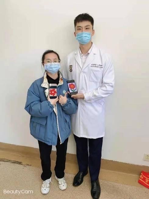 """18岁少女腹中长30厘米肿瘤 市一团队2小时拆除""""巨弹"""""""