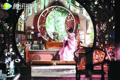 星辉娱乐《锦心似玉》里,侯府三重圆形拱门展现庭院深深,木刻葡萄架栩栩如生,圈椅造