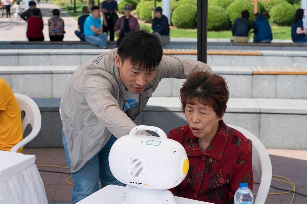 救援机器狗、地震模拟机、情感机器人……公共安全科普集市亮相黄兴公园