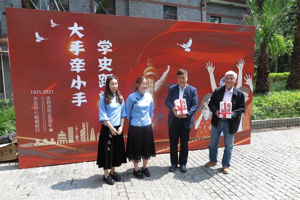 在解放上海第一宿营地,学子们上了一堂生动的微党课