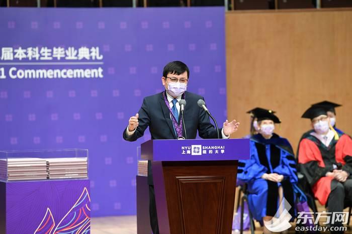 上海纽约大学举行2021届毕业典礼,张文宏致辞:未来取决于年轻人是否走在一起