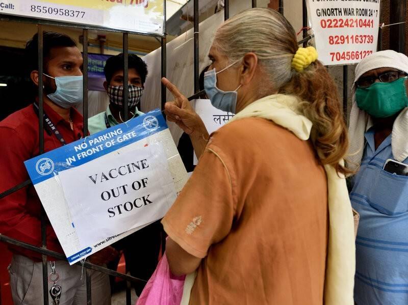 """认为疫苗是""""毒药"""",印度村民逃避接种:跳河游泳逃跑、挥棍殴打医疗队"""
