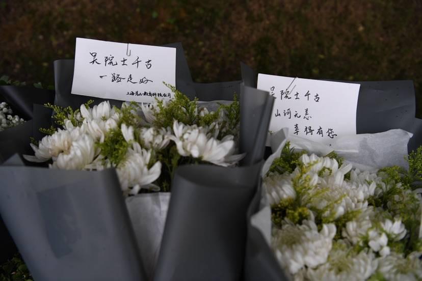 上海市民雨中排百米长队送别吴孟超院士