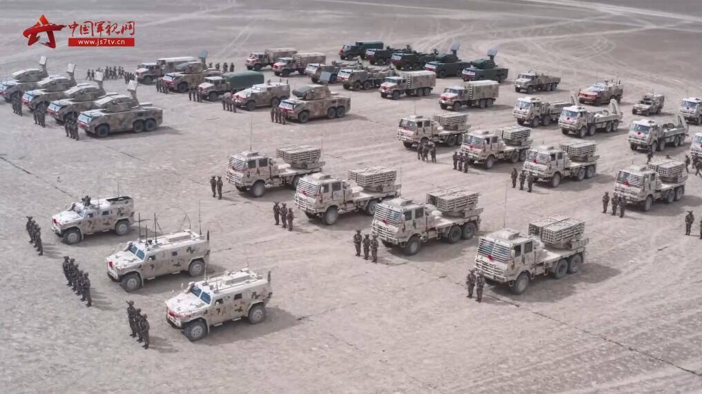 """新疆军区再添新装备!""""防空利器""""红旗-17A、122毫米箱式火箭炮同时列装"""